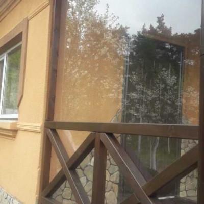 Окно на веранде из прозрачного бесцветного монолитного поликарбоната Soton толщиной 2 мм